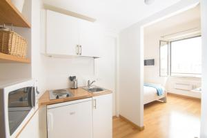 A kitchen or kitchenette at Keith Apartment