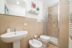 A bathroom at Keith Apartment