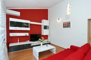 Televízia a/alebo spoločenská miestnosť v ubytovaní Apartments Maslina Božava