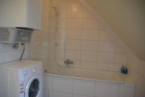 A bathroom at Avenzio