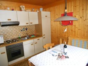 A kitchen or kitchenette at Ferienwohnung Trattenhaus