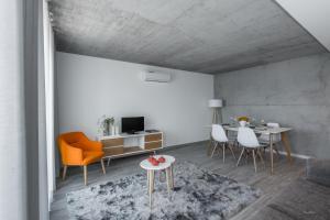 Uma área de estar em Innapartments - São Gonçalinho