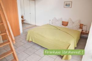 Ein Bett oder Betten in einem Zimmer der Unterkunft Ferienwohnung Storchennest