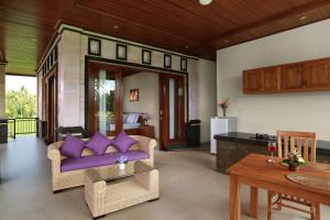 Uma área de estar em Dewi Sri Private Villa