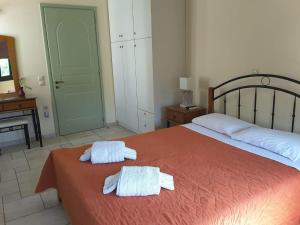 A bed or beds in a room at Frourio Apartments