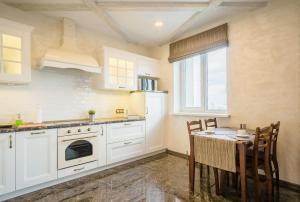 A kitchen or kitchenette at Loft Apartments Platonova 33