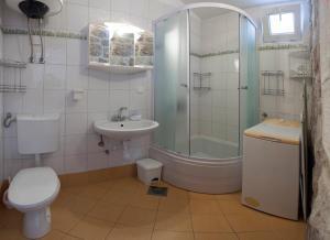 A bathroom at Apartments Leo