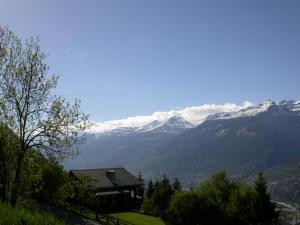 Ein allgemeiner Bergblick oder ein Berglick von des Chalets aus