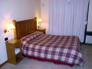 Una cama o camas en una habitación de Suites & Room