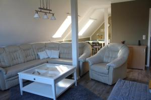 Ein Sitzbereich in der Unterkunft Ferienwohnung Seeluft