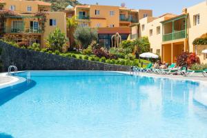 Het zwembad bij of vlak bij Apartamentos La Caleta
