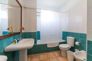Een badkamer bij Apartamentos La Caleta