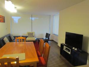 Una televisión o centro de entretenimiento en Departamento Condominio Costa Pucón