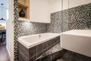 Ein Badezimmer in der Unterkunft East Quarter Apartments