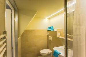 Un baño de Transit Apartments