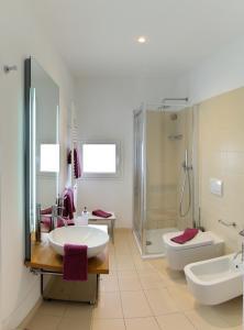 A bathroom at Residence Grandi Magazzini