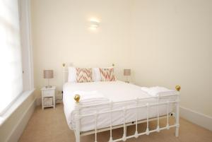 A bed or beds in a room at Valet Apartments New Oxford Street