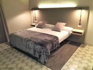 A bed or beds in a room at Mayerling Abamita Apartments