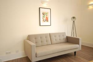 A seating area at Valet Apartments New Oxford Street
