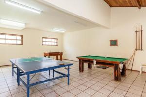 Ping-pong facilities at Casa Duplex Praia Das Dunas or nearby