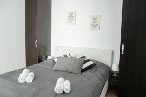 A bed or beds in a room at Old City by CityLife Suites
