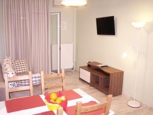 TV i/ili multimedijalni sistem u objektu Saint Nicholas Beach Apartments