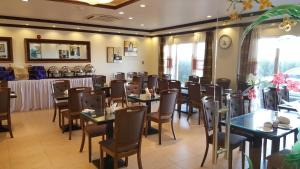 A restaurant or other place to eat at Al Thuriah Hotel Apartment