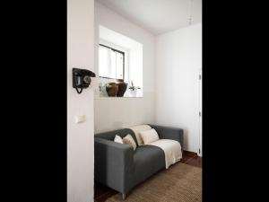 A seating area at Nooks Apartment