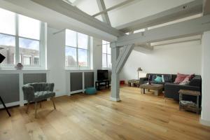 Een zitgedeelte bij Stayci Serviced Apartments Luther Deluxe