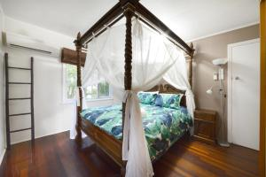 A bed or beds in a room at Airlie Getaway - Airlie Beach