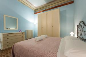 A bed or beds in a room at Academy House