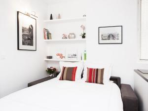 A bed or beds in a room at Charming apartment Paris center