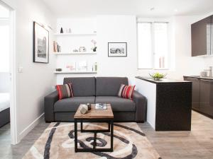 A seating area at Charming apartment Paris center