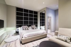 Een bed of bedden in een kamer bij Cathedral Suites Hotel