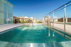 Het zwembad bij of vlak bij Cathedral Suites Hotel