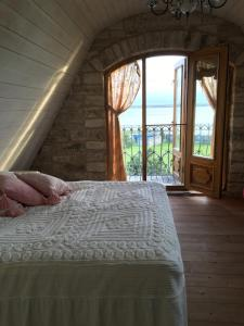 A bed or beds in a room at Onni Villa