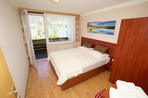 Кровать или кровати в номере Appartement Alpensee