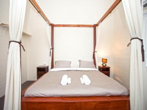 A bed or beds in a room at CBD Holiday Home