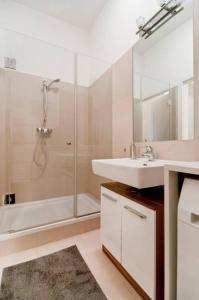 Ein Badezimmer in der Unterkunft Modern Central Apartment