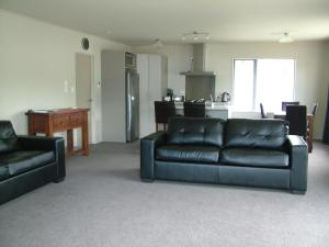 The lounge or bar area at Lawrence Townhouse Accommodation 18A