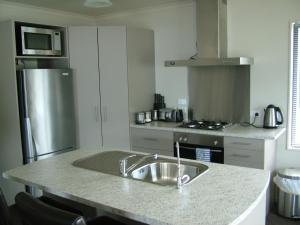 A kitchen or kitchenette at Lawrence Townhouse Accommodation 18A