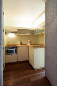 Een keuken of kitchenette bij Quatre Mains Serviced Apartments