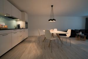 A kitchen or kitchenette at Paradeplatz Apartment by Airhome