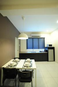 A kitchen or kitchenette at The Osborne Apartments