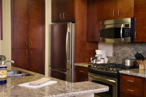 A kitchen or kitchenette at Oakwood Falls Church