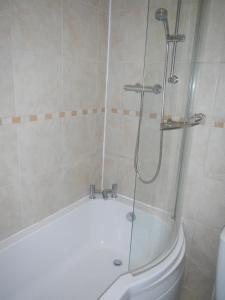 A bathroom at Regent Quay Apartment