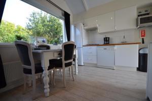 Cuisine ou kitchenette dans l'établissement Beach Cottage Zandvoort
