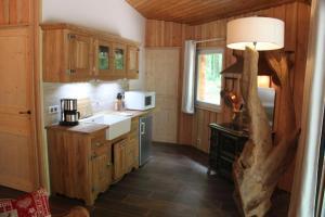 Cuisine ou kitchenette dans l'établissement L'isba des bois, hors du temps