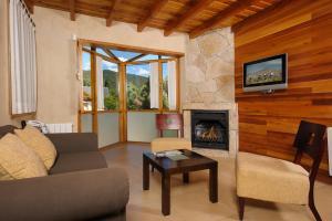 La sala de estar o bar de Del Sauco Apart & Spa