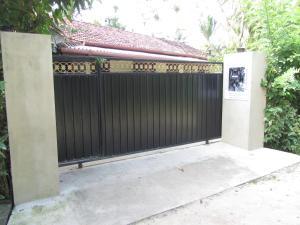 The facade or entrance of Mallis Guesthouse